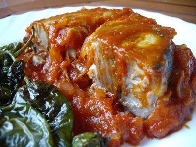 Bonito con tomate, cebolla y pimientos de Padrón 1