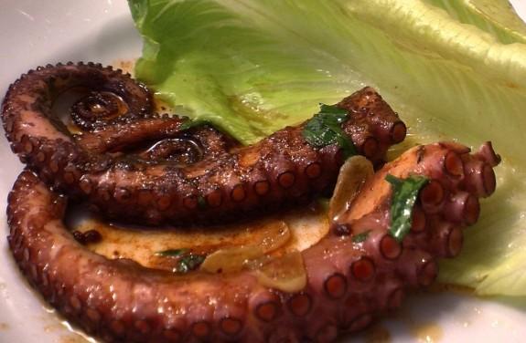 Tentáculo de pulpo a la plancha con patatas a la plancha y pimientos asados 1