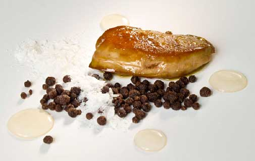 Foie fresco a la sartén con sal en escamas y pimienta en grano 2