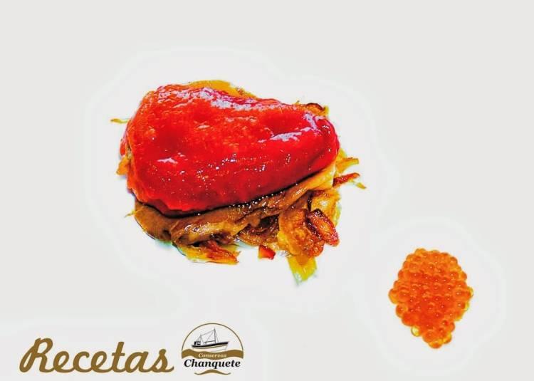 Pimiento del piquillo rojo relleno de chanquete salvaje sobre seta y cebolleta caramelizada con huevas de salmón 1