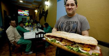 En Carril: reta a sus clientes a comer un bocadillo de 3,5 kg en una hora, sin levantarse de la mesa