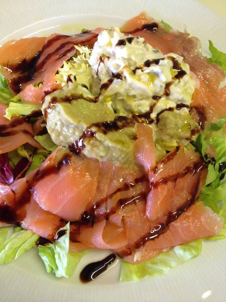 Ensalada de salmón con guacamole y salsa tártara 1