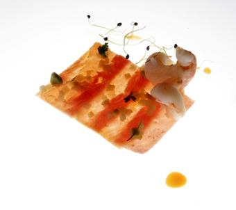 Minicarpaccio de jamón ibérico cocido frial con frutas y langostinos