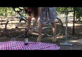 Cómo abrir una botellas con un hinchador de ruedas de bicicleta 1
