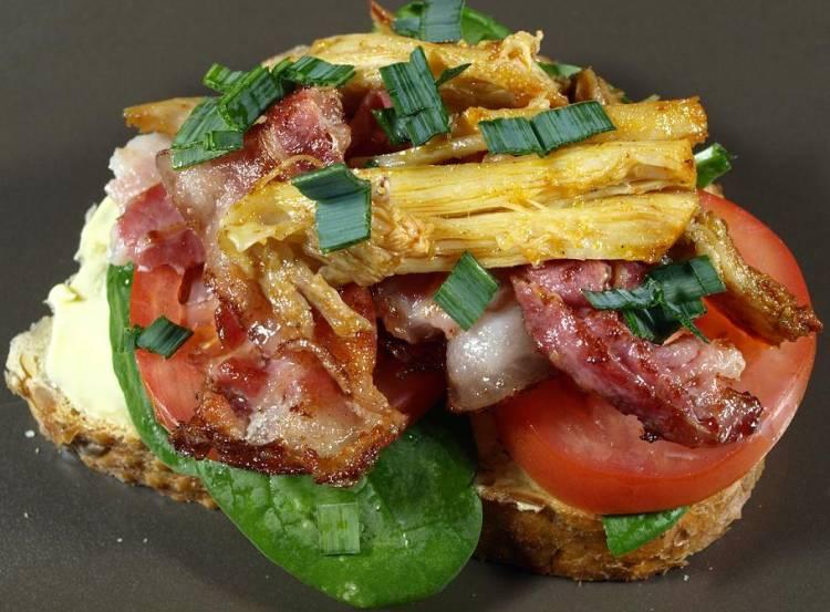 Tosta de queso con bacon y alcachofas fritas 1