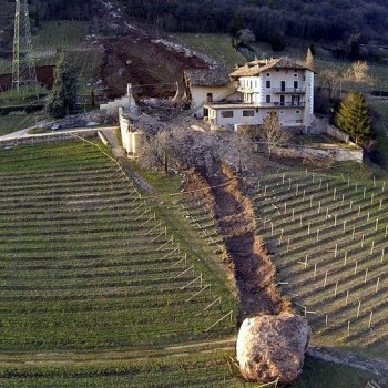 De lo mejor del año: Una enorme roca arrasa con un viñedo y todo lo que encuentra a su paro en el norte de Italia 1