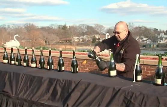 Nuevo Record Guinnes de 'sabrage': abrir botellas de champagne con un sable 1