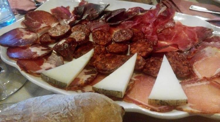 Cena muy española: una tabla de nuestros embutidos y quesos 1