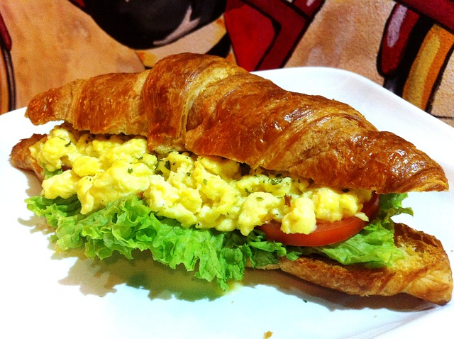 Croissant vegetal con revuelto 1