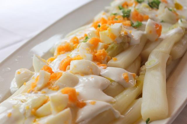 Ensalada de espárragos con huevo cocido y mayonesa 1