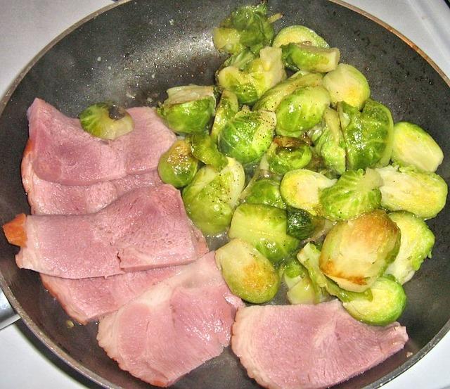Jamón ahumado con coles de bruselas y ajo 1