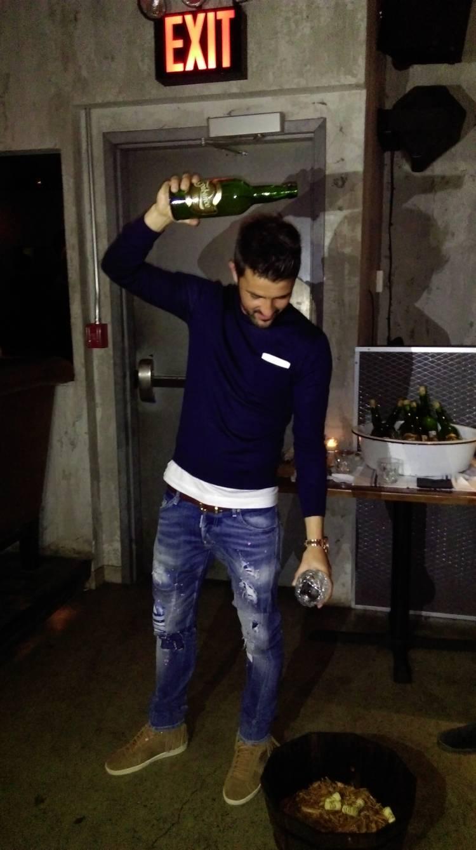 El futbolista asturiano David Villa escancia sidra en Manhattan 1