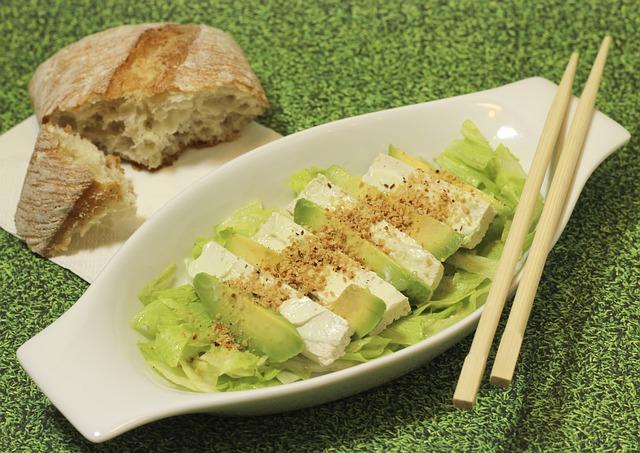 Ensalada de tofu y aguacate sobre lecho de lechuga 1