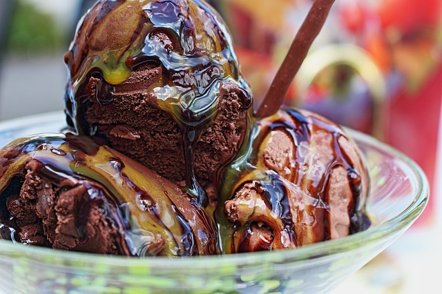 Helado sundae de chocolate con sirope de caramelo 1