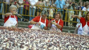 O Carballino consigue su record del plato más grande del mundo de 'pulpo á feira' 1