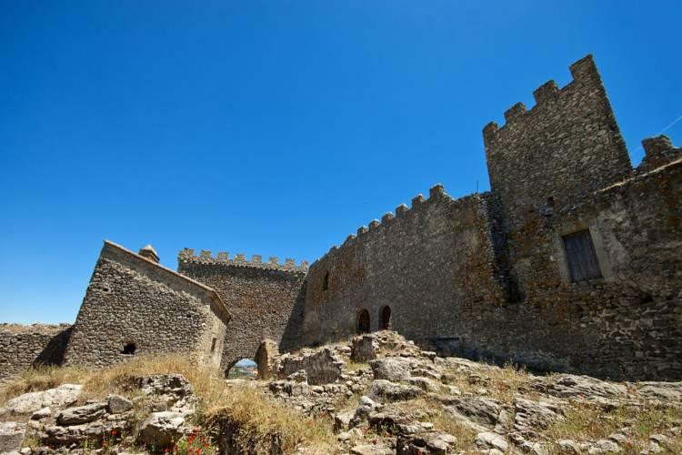 Buscan tinajas de vino del s.XV en la bodega del Castillo de Montánchez 1