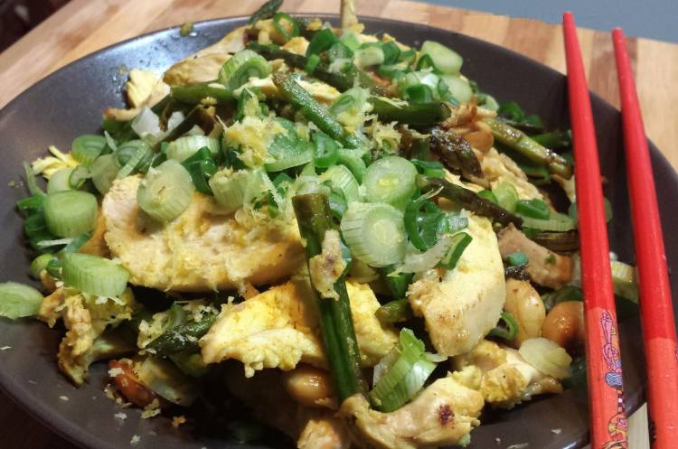 Salteado de pollo con trigueros y almendras 1