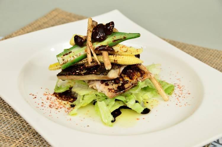 Ensalada de filetes de merluza a la plancha sobre verduras 1
