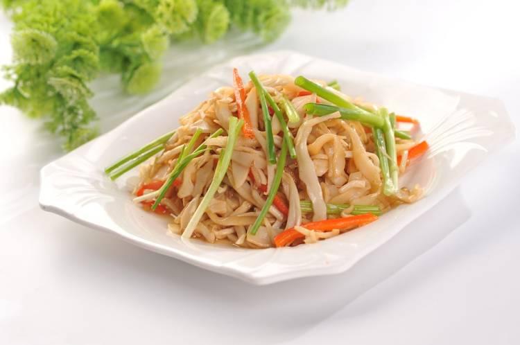 Fideos de arroz frito con zanahorias y cebollino 1