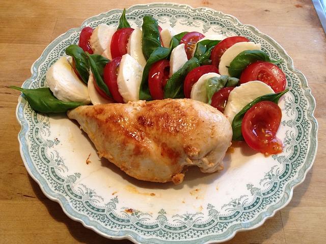 Pechuga de pollo al horno con ensalada caprese 1