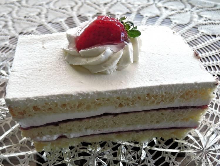 Tarta casera de nata con bizcocho de yogur y mermelada de fresa 1