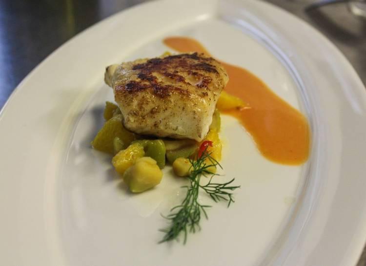 Bacalao a la brasa sobre verduritas y salsa de melocotón 1