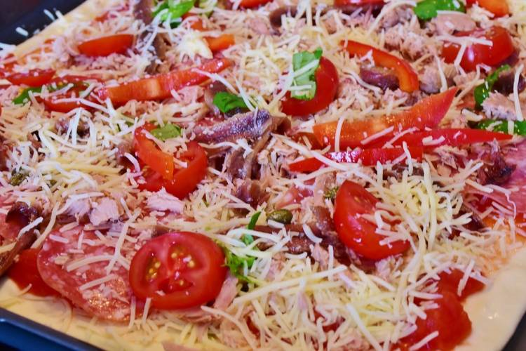Pizza de cherrys, pimiento rojo, anchoas y salami 1