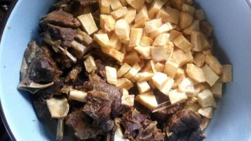 Cordero guisado al vino tinto con verduritas y patatas fritas a fuego lento 3