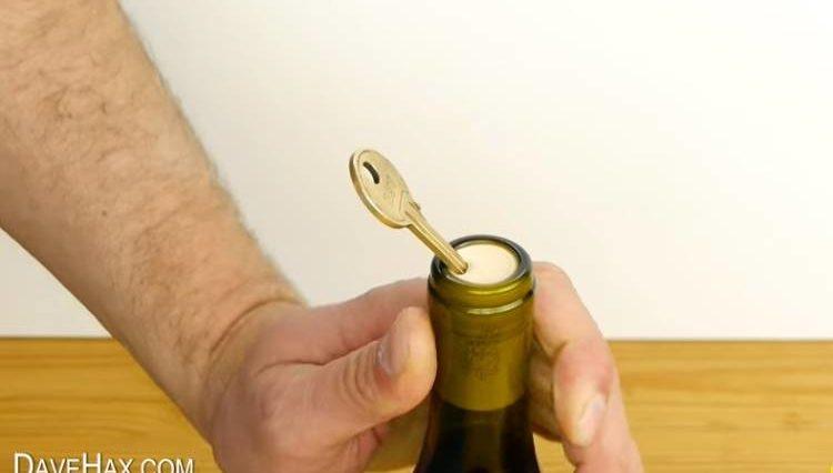 Cómo abrir una botella de vino con una llave en caso de urgencia