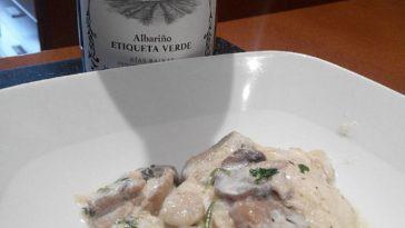 Filetes de merluza especiada en salsa de nata y vino blanco con gambas y champiñones y Albariño joven 4