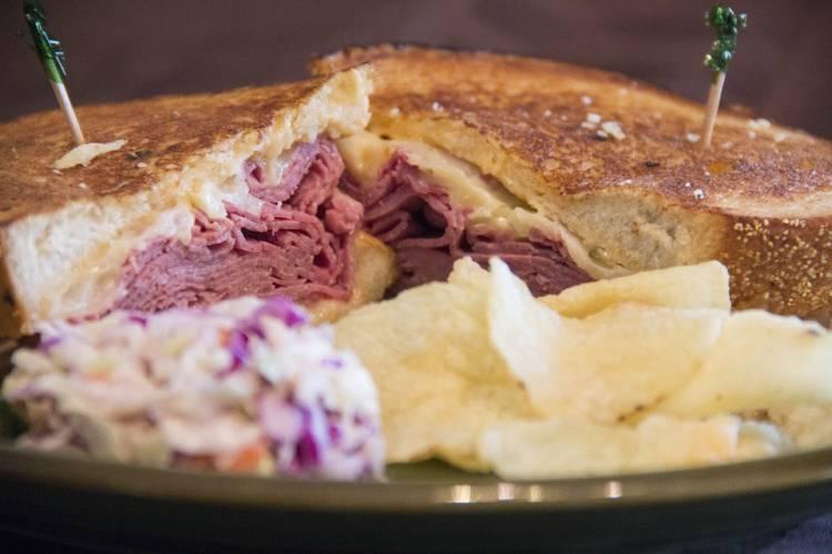 Sandwich de roast beef con provolone 1