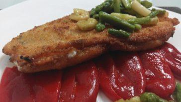 Cachopo de pollo sobre pimientos del piquillo con ajetes y trigueros 3