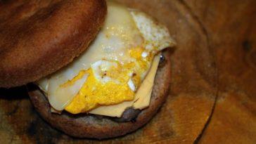 Hamburguesa montada con huevo y dos quesos 1