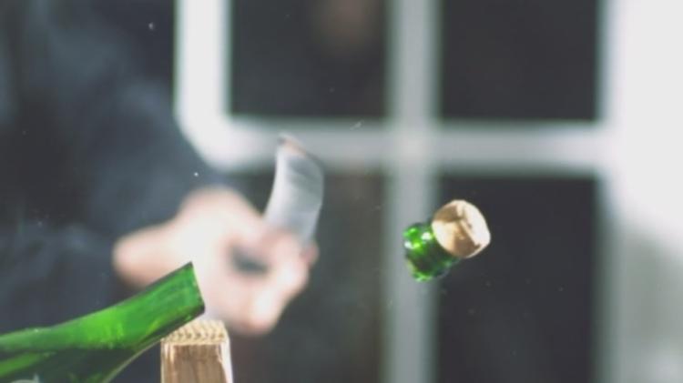 Sabrage, el arte de abrir botellas de champagne con sable 1