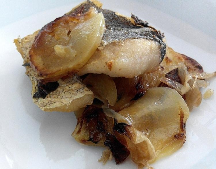 Horneado de merluza con patatas panaderas al vino blanco