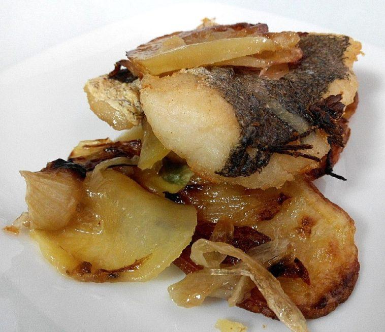 Horneado de merluza con patatas panaderas al vino blanco 1