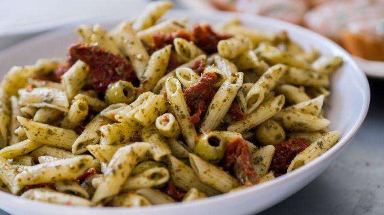 Penne al pesto con olivas y cherry fritos 1