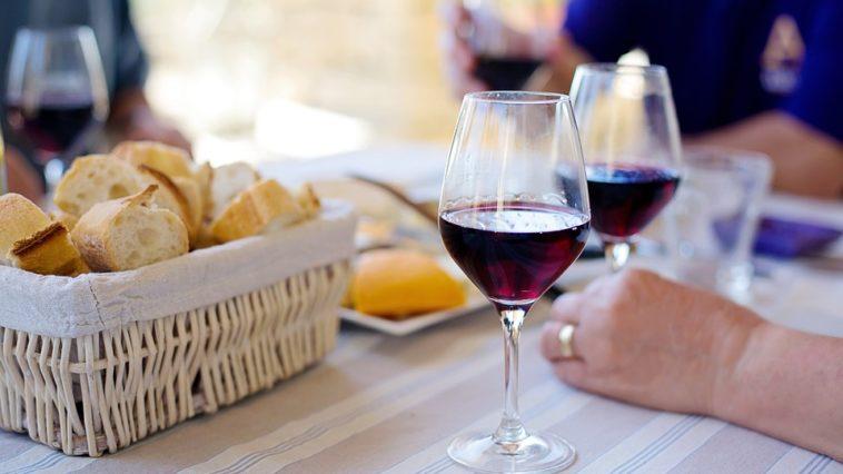 Una copa de vino en la Dieta Mediterránea podría disminuir la aparición de ciertos tipos de cáncer según reciente estudio 1