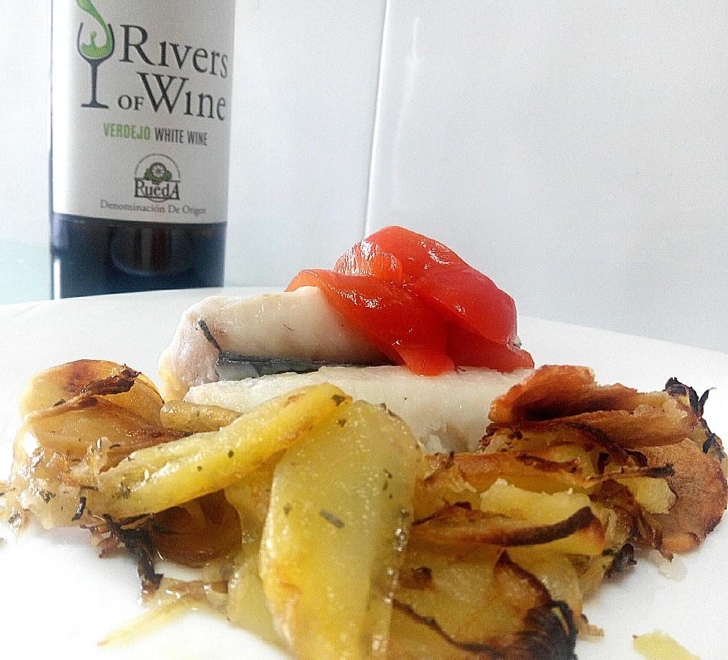 Lomos de merluza al vino blanco con patatas al horno especiadas y Verdejo joven