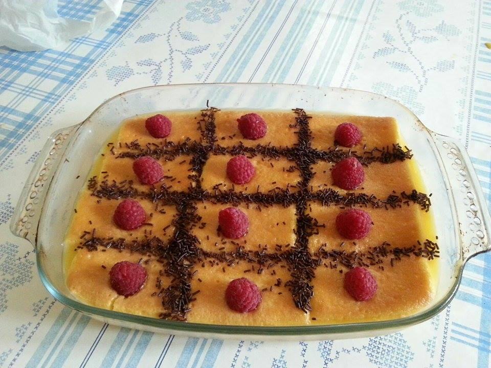 Tarta casera, sobaos bañados en flan , virutas de chocolate, frambuesas, recetas, postres