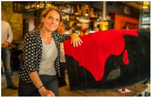Bodegas Vicente Gandía subasta barricas customizadas por artistas holandeses para recaudar fondos para obras benéficas 1