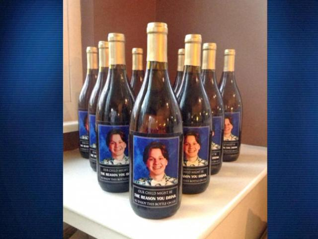 Padres de un colegio regalan a los profesores por Navidad una botella de vino con la frase escrita:  'nuestra hijo podría ser la razón por la que bebes, así que disfruta de esta botella con nosotros' 1